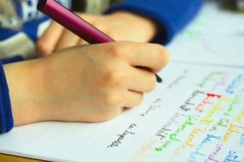"""Εσείς γνωρίζετε πότε μπορεί το παιδί να κρατήσει """"σωστά"""" το μολύβι και πώς να το βοηθήσετε;"""